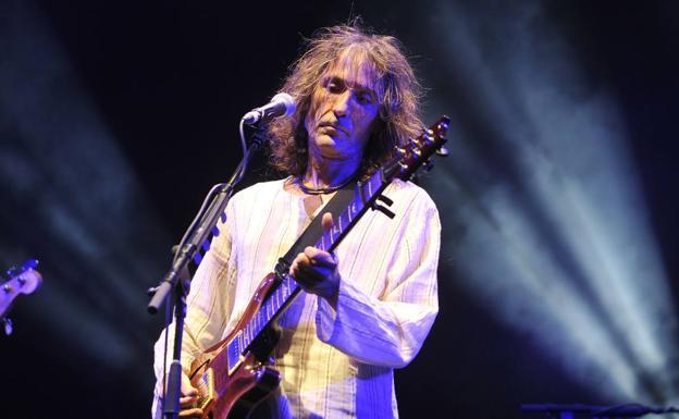 Roberto Iniesta, cantante, guitarrista, líder de Extremoduro y leyenda del rock nacional nació en la ciudad extremeña de Plasencia (Cáceres) en 1962. Allí realizó sus estudios hasta tercero de B.U.P., donde empezaría a trabajar en la empresa de su padre, una chapistería.