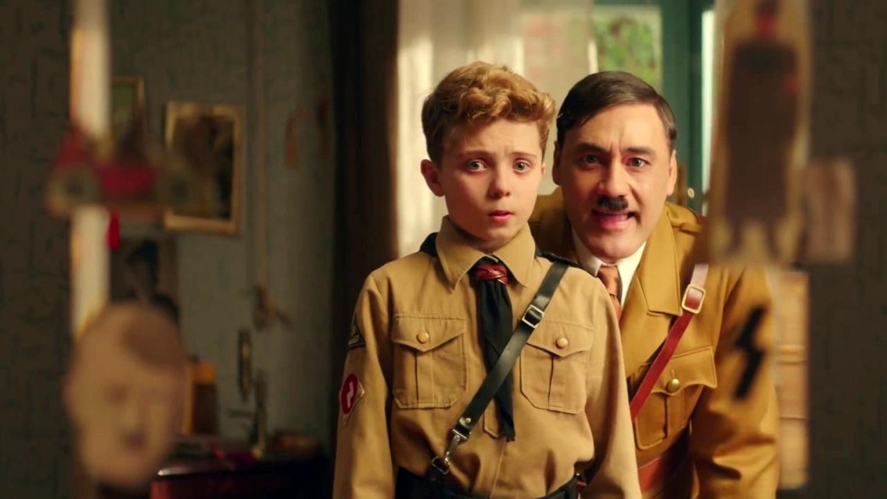 Hitler y JoJo frente al espejo en JoJo Rabbit