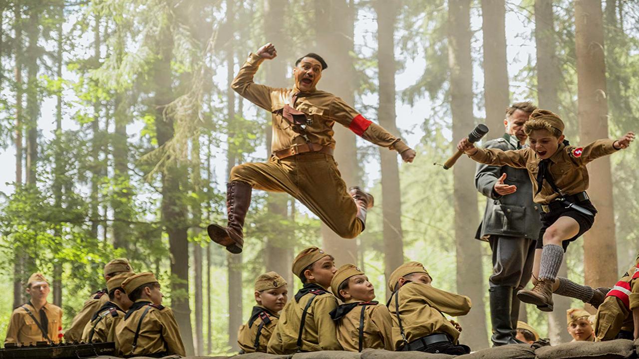 Fotograma de JoJo Rabbit donde aparecen Hitler y JoJo saltando