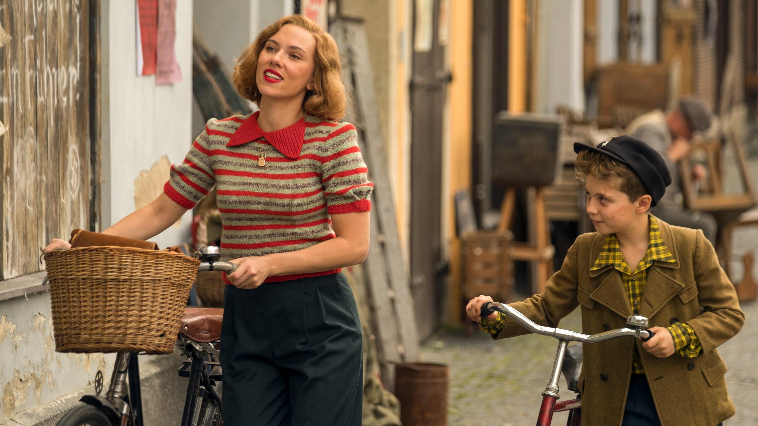 JoJo y Rosie (Scarlett Johansson) en JoJo Rabbit