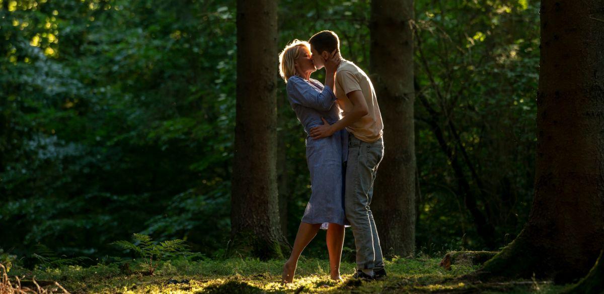 Fotograma de la película de Reina de corazones donde vemos a Gustav y su madrastra.