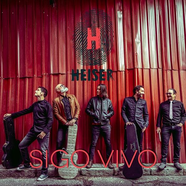 Imagen promocional del single 'Sigo vivo' de Heiser, donde aparecen todos los miembros de la banda recostados en una puerta de garaje