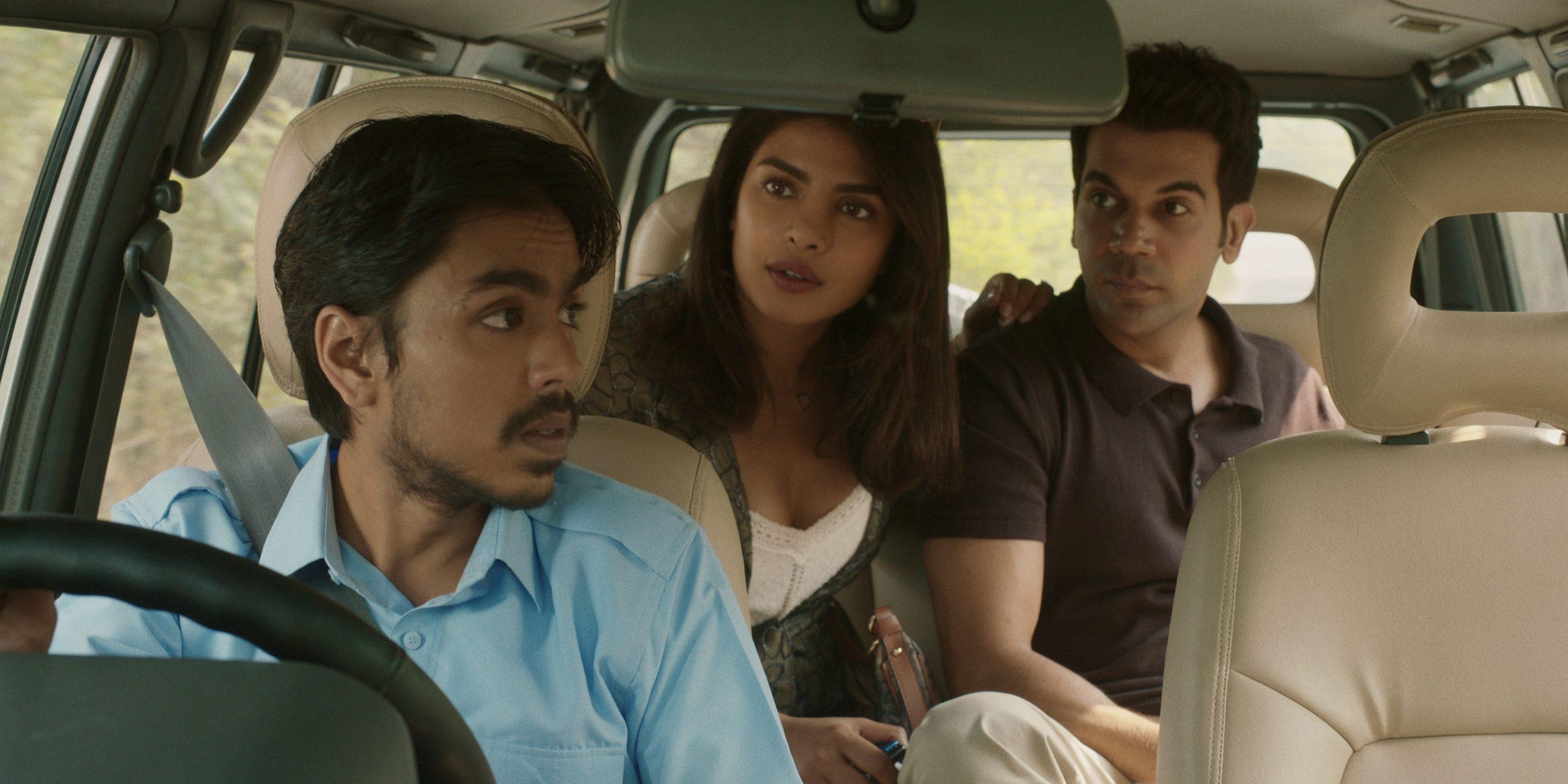 Personajes de Balram, Ashok y Pinky, de la película 'Tigre blanco', hablando en el coche