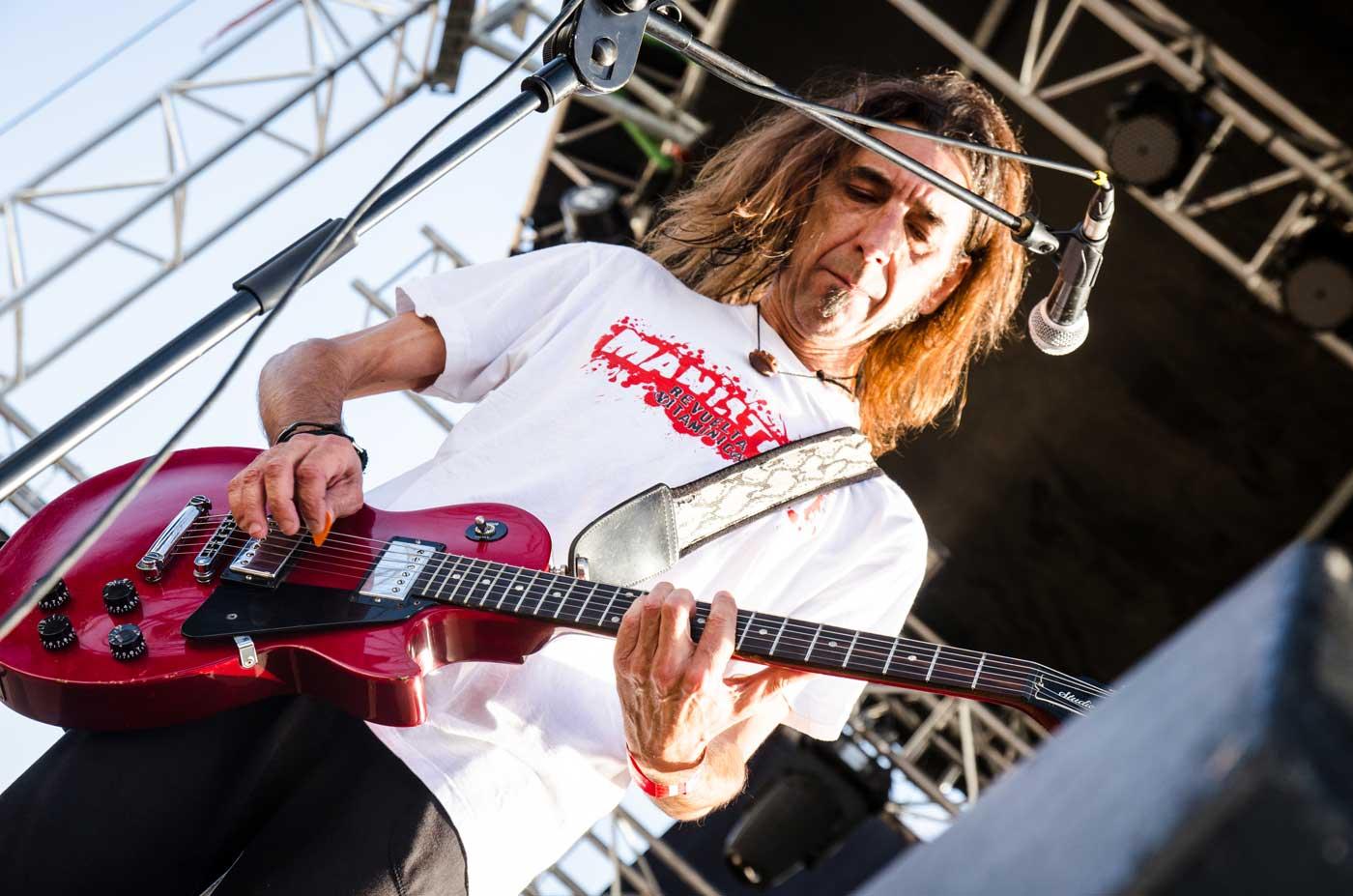 Javi Chispes, nuevo componente de Reincidentes, tocando la guitarra sobre el escenario