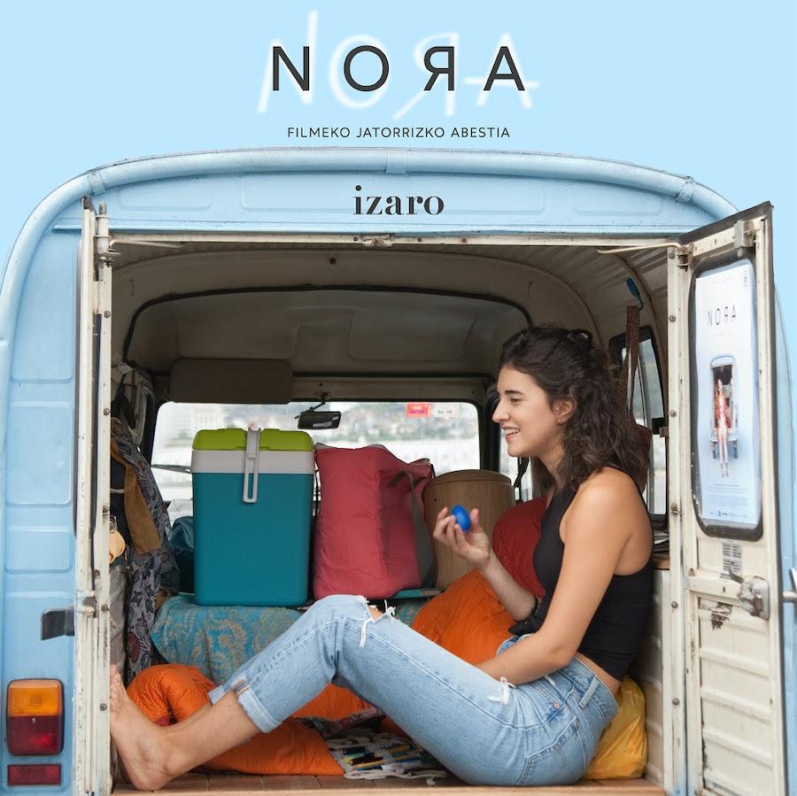 Izaro sentada dentro de la furgoneta de la película Nora